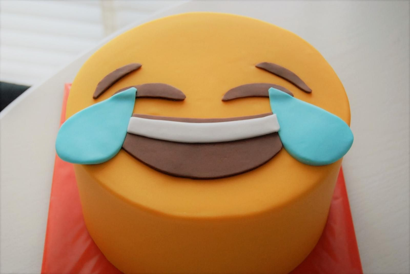 emoticon cake