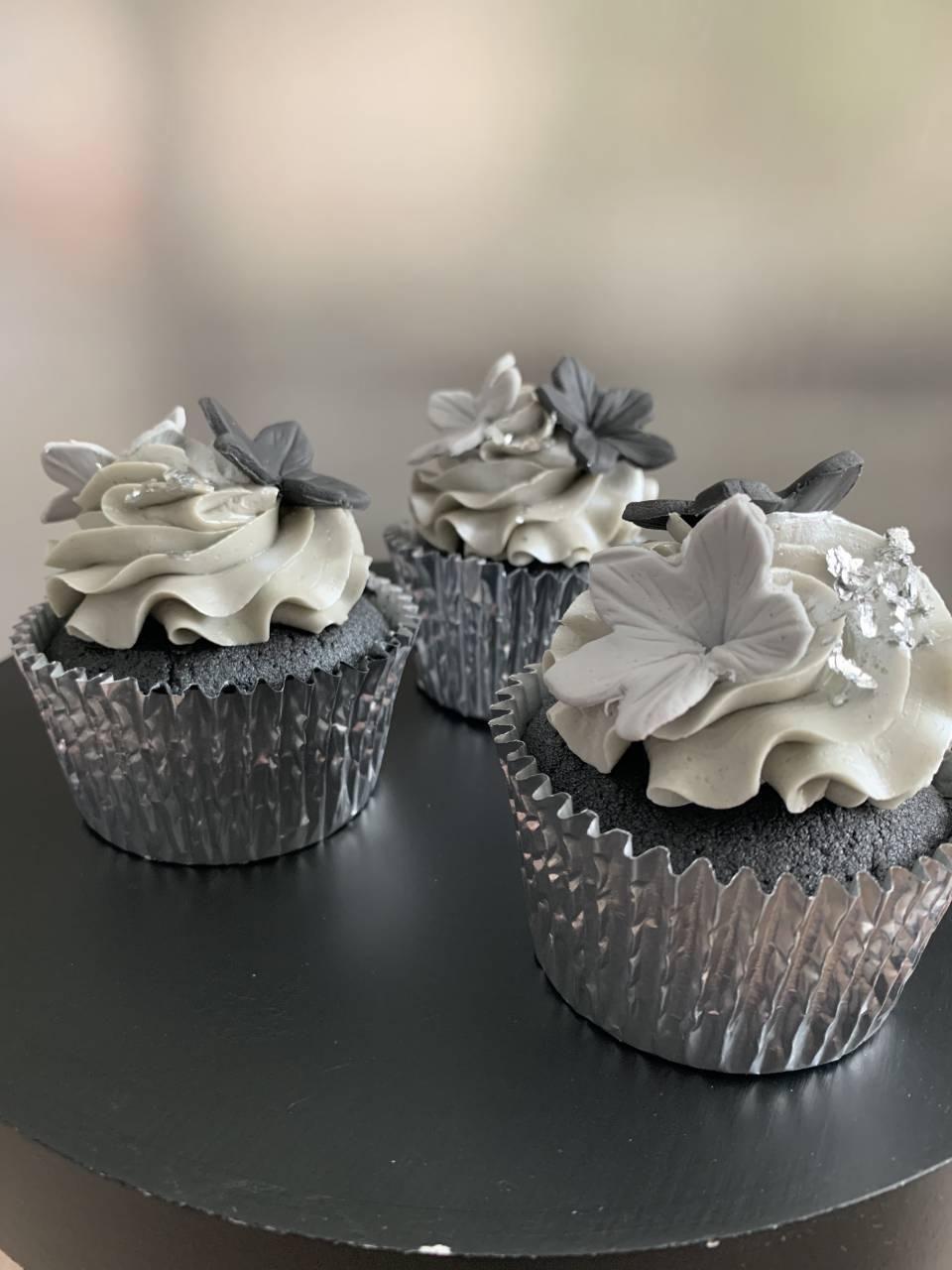 black-and-grey-cupcakes